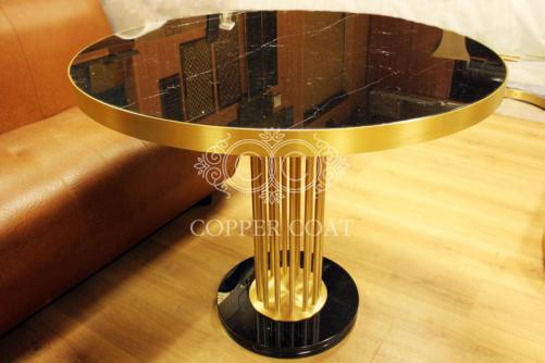 Мраморный стол из латуни