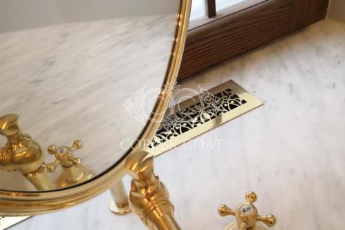 Латунное зеркало в ванной комнате